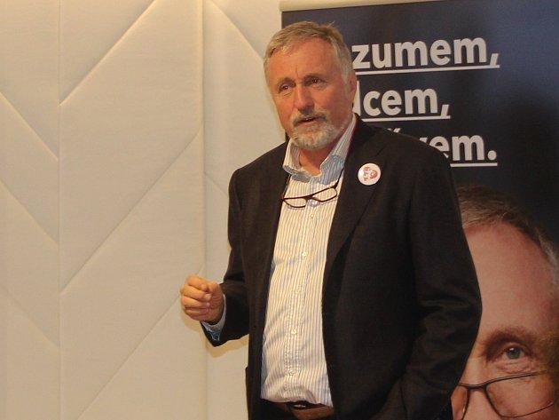 Prezidentský kandidát Mirek Topolánek na besedě u kávy v olomouckém hotelu Alley, kde se setkal s Mladými konzervativci.