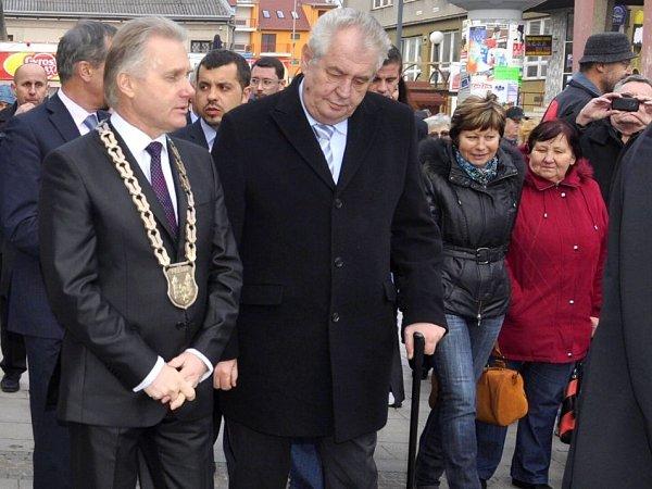 Prezident Zeman vPřerově. Vlevo primátor Jiří Lajtoch