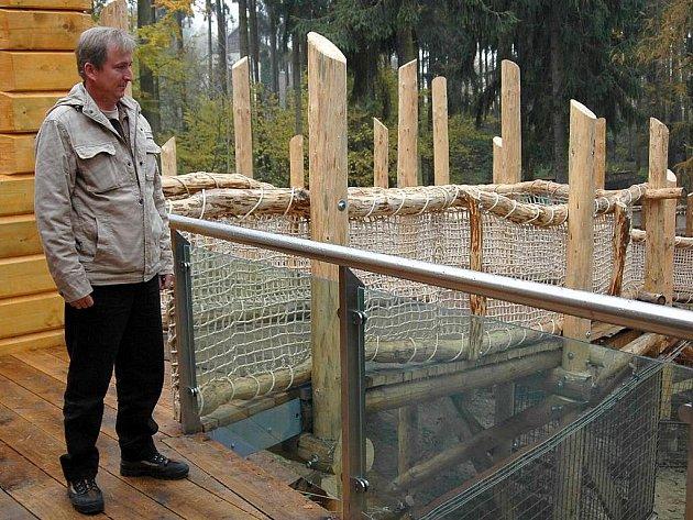 Ředitel zoo Radomír Habáň u nového výběhu pro medvědy a vlky