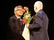 Robert Balogh v roce 2016 přebírá Cenu Klubu příznivců Moravského divadla Olomouc za inscenaci Dáma s kaméliemi