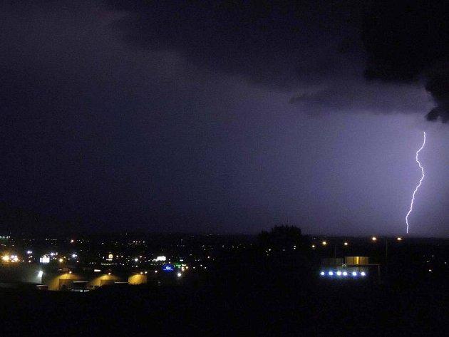 Noční bouřka v pondělí 6.8. 2012 nad Olomoucí
