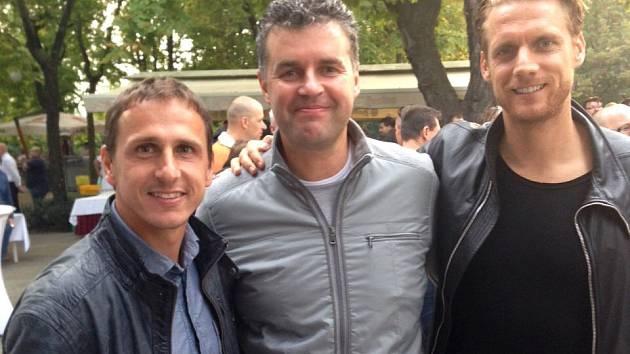 Roman Brulík (uprostřed) s kapitánem Opavy Zdeňkem Pospěchem a olomouckým odchovancem Radkem Kováčem.