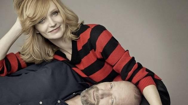Aňa Geislerová a David Koller na snímku Lucie Robins pro kalendář organizace Debra pomáhající postiženým tzv. nemocí motýlích křídel