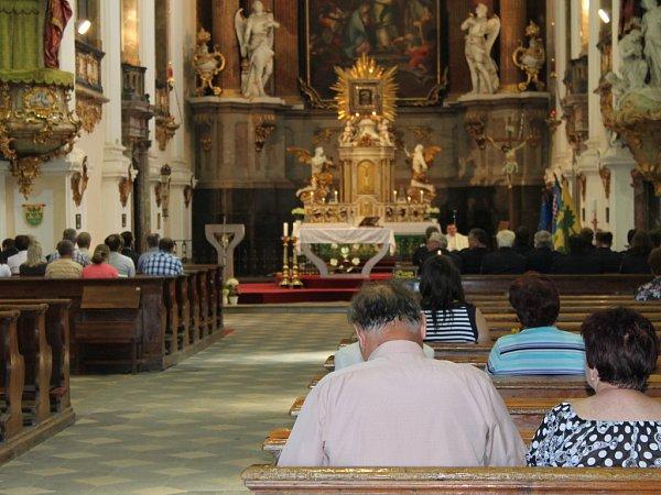 Dobrovolní hasiči zDubu nad Moravou uspořádali ke stodvacátému výročí založení sboru oslavy, jejichž součástí byla imše za zemřelé kolegy.