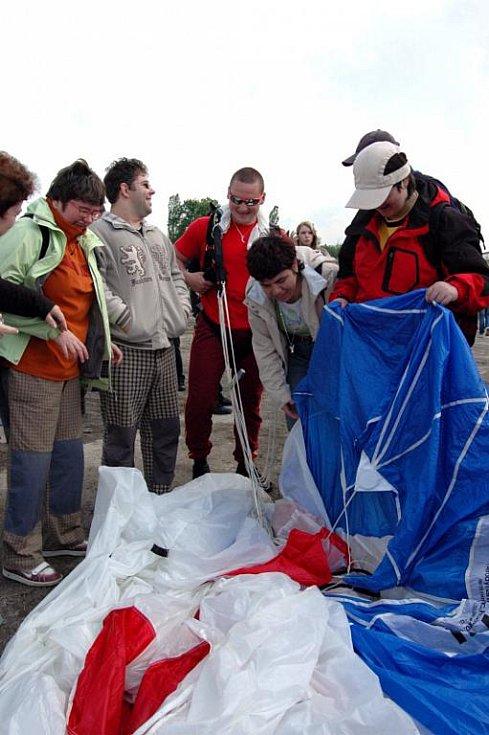 Doslova aprílové počasí nepokazilo sobotní akci s názvem Nebe pro hendikepované děti, která se konala na olomouckém letišti v Neředíně a v areálu Leteckého muzea.
