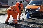 Oprava výtluků na silnici v Hrubé Vodě, místní části Hluboček na Olomoucku, 6. 3. 2021