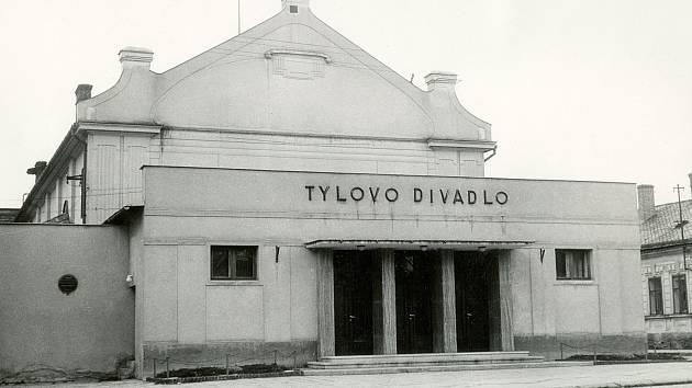 Šternberské Tylovo divadlo bylo otevřeno v roce 1955. Budova původně sloužila jako kino (Saxingerovo kino).