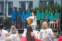 Open air koncert zpěvačky Kathy Kelly na Základní škole Heyrovského v Olomouci