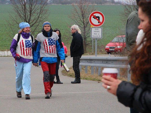 Vítání amerických vojáků na mostě mezi olomouckými částmi Slavoním, Nemilany a Nedvězí