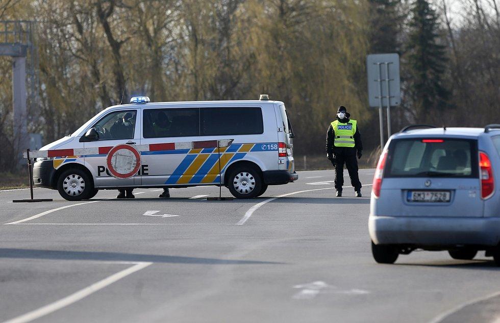 Policisté střeží vjezd do uzavřené Litovle, 16. března 2020