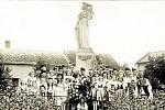 Pomník obětem padlým v první světové válce. Socha byla slavnostně odhalena 24. června v roce 1928 k desátému výročí vzniku samostatného státu. Autorem sochy Vlast je Julius Pelikán, dílo je památkou na bohatou činnost odboru Národní jednoty.