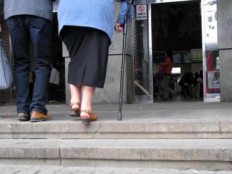 Schody před vestibulem hlavního nádraží v Olomouci
