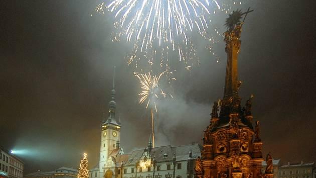 Po půlnoci ozářil náměstí ohňostroj.