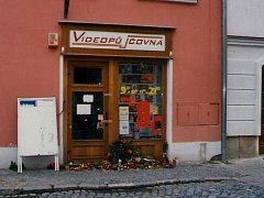 Místo na Hlavním náměstí ve Šternberku, kde 29. července 2005 byla brutálně zavražděna žena pracující jako obsluha vidopůjčovny