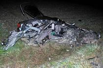 Nehodu audi u Štítů nepřežili dva mladí lidé, auto náraz totálně zdemoloval