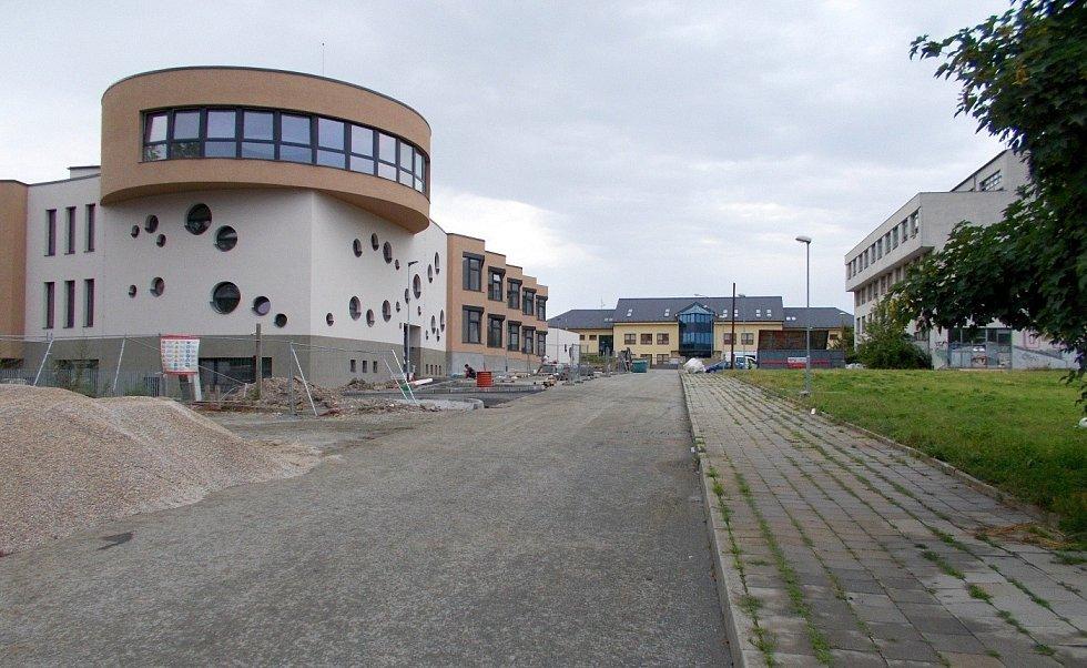 Novostavba waldorfské školy a školky v olomoucké čtvrti Hejčín. V pozadí škola prof. Vejdovského, vpravo zchátralá bývalá budova přírodovědecké fakulty. 14. července 2021