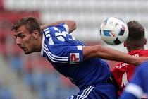 Tomáš Chorý bojuje o míč.