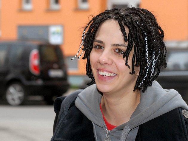 Aneta Langerová usmívající se v Olomouci.