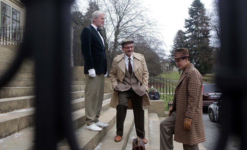 Natáčení pilotního dílu detektivního seriálu Případy pro Jáchyma Semiše na zámku v Čechách pod Kosířem. V hlavní roli Martin Donutil (vpravo)