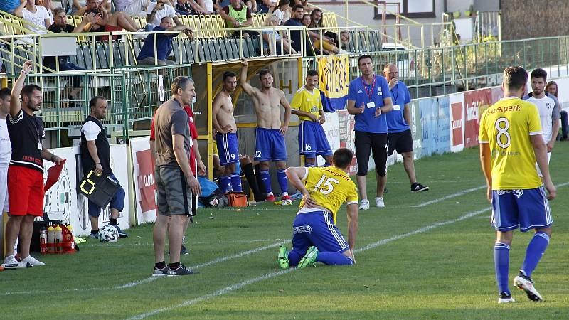 Fotbalisté Holice (v bílém) porazili Šumperk 3:2.