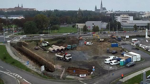 Stavba Envelopa Office Center na rohu Wittgensteinovy ulice a třídy Kosmonautů v Olomouci