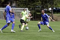 Olomoučtí fotbalisté (v modrém) odehráli dva přípravné zápasy ve Slatinicích proti Opavě