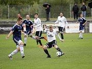 Fotbalisté Uničova remizovali s Rýmařovem (v bílém) 1:1