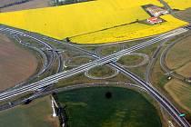 Na poli mezi Olomoucí a Hněvotínem (na snímku nahoře světlé pole s řepkou), kde je zvláště kvalitní zemědělská půda, chce firma Gemo vystavět průmyslovou zónu.