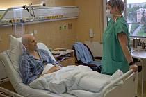 Tisíc transplantací kostní dřeně provedou v nejbližších dnech odborníci ve Fakultní nemocnici Olomouc, která patří mezi přední hemato-onkologická centra v zemi. Jubilejním pacientem je šestatřicetiletý Roman Weiss z Olomouce (na snímku).