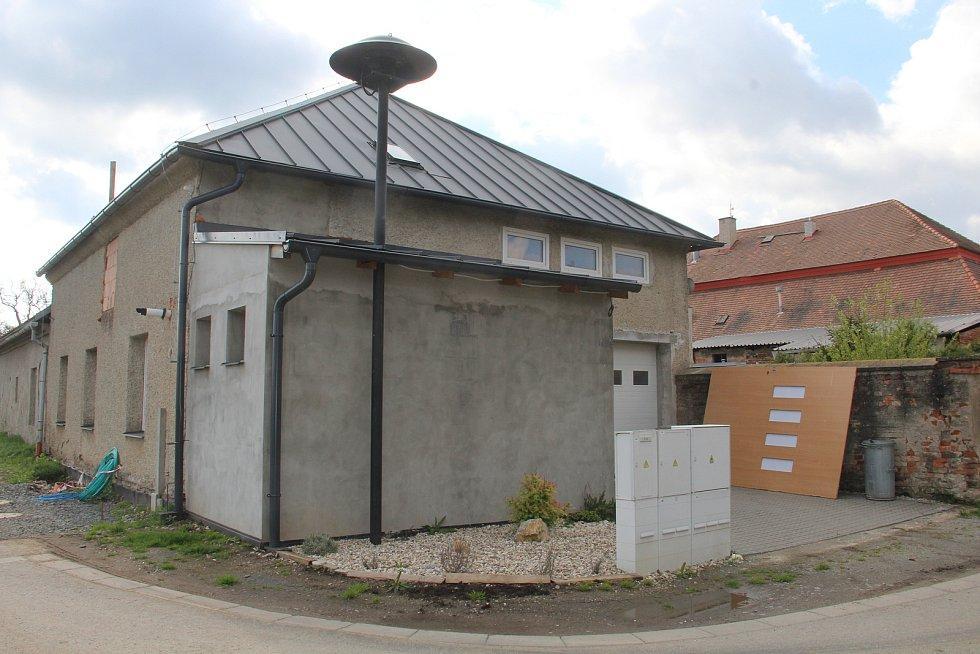 Hasičská zbrojnice v Ústíně prochází rekonstrukcí.