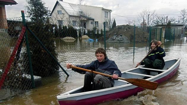 Ve čtvrtek 30. března 2006 museli v Litovli-Komárově Petr s Lukášem ven s lodí a pádlem
