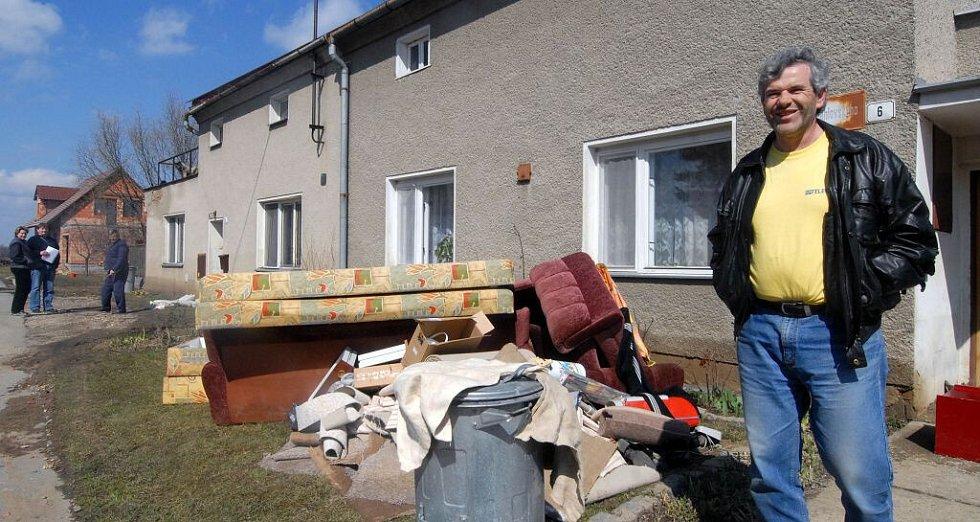 V Chomoutově se ale v úterý už uklízelo. Záplavou poničený nábytek skončil před domem, kde dřív býval k užitku