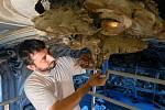 Jakub Rafl při restaurování nástěných štuk.