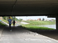 Na části mostu ve Velkomoravské ulici odklízel bagr odpad ze stavby a suť podle svědků propadávala otvory v mostu přímo na komunikaci.