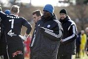 Olomoučtí fotbalisté (v modrém) porazili v přípravě Nitru 1:0. Emmanuel Antwi.