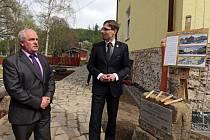 Poklepání základního kamene nové expozice o vypálení Javoříčka v bývalé škole