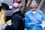 Výjezdový tým na odběr vzorků pro testy na koronavirus. Ilustrační foto
