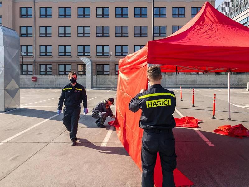 Stavba odběrové místa pro testy na koronavir v areálu olomoucké fakultní nemocnice