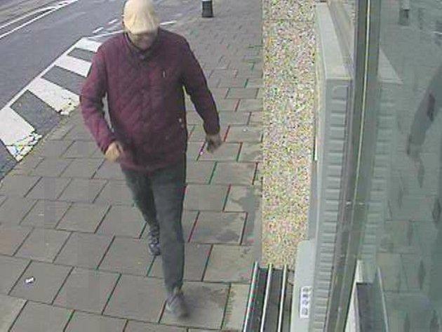 Neznámý muž ukradl cestující v olomoucké tramvaji peněženku a vybral peníze z platební karty