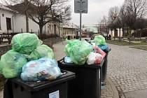 Plné popelnice na Mrštíkově náměstí v Olomouci