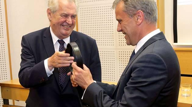 Olomoucký hejtman Rozbořil dostal od prezidenta kožený pásek, tašku a peněženku.