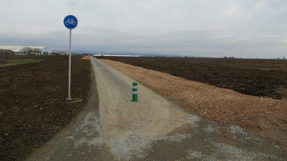 Cyklisté využívají bezpečnou stezku do Skrbeně.