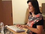 Helena Zaviačičová předvedla žákům ZŠ Vítězná v Litovli, jak rychle ťuká do klávesnice světová rekordmanka.