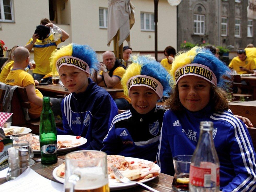 Švédští fanoušci v olomouckých restauracích před zápasem Eura 21