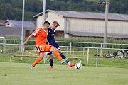 Uničovští fotbalisté porazili v přípravném zápase s béčkem Sigmy (v oranžovém) 6:2. Jan Kotouč (vlevo), Aleš Krč dává gól