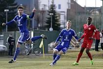 Olomoučtí fotbalisté (v modrém) porazili v přípravě Nitru 1:0. Aleš Škerle (vlevo) a Uroš Radakovič.