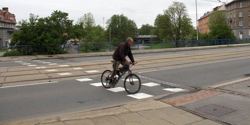 Takto teď musí cyklisté překonávat frekventovanou Hodolanskou ulici v Olomouci, 14. května 2021Stavba cyklostezky pod Hodolanskou ulicí v Olomouci, 14. května 2021