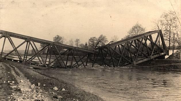 MOST. Zničená železnice u Dukelské ulice na Starém městě v Litovli v květnu roku 1945.