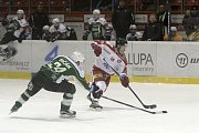 Olomoučtí hokejisté (v bílém) porazili Karlovy Vary 3:2 v prodloužení. Jakub Matai (střílí).
