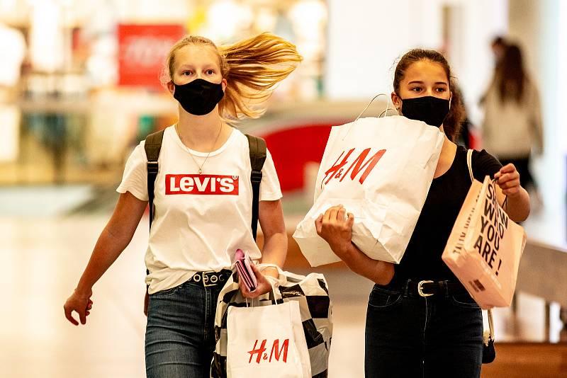 Roušky v MHD a obchodech. Ilustrační foto